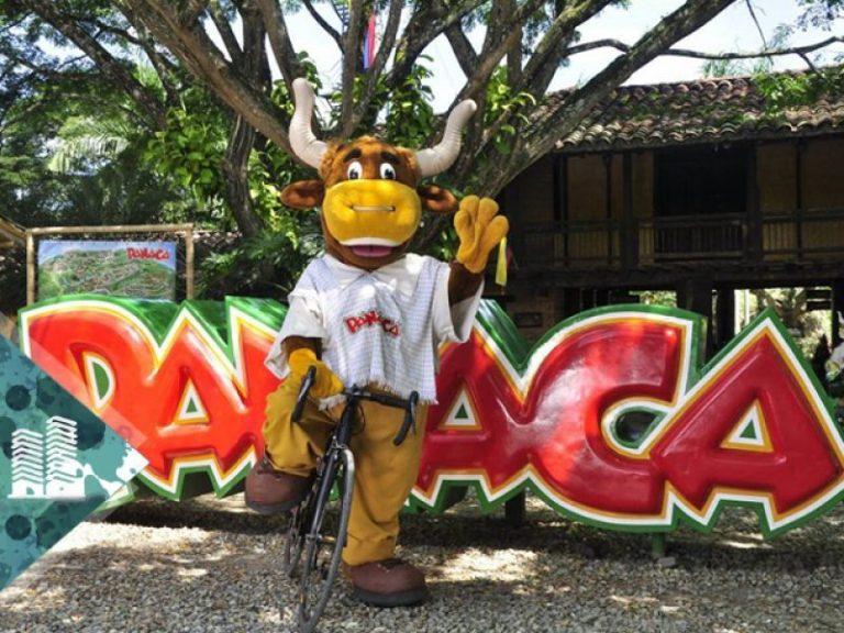 colombia-tours-travel-parque-panaca-toro-mascota